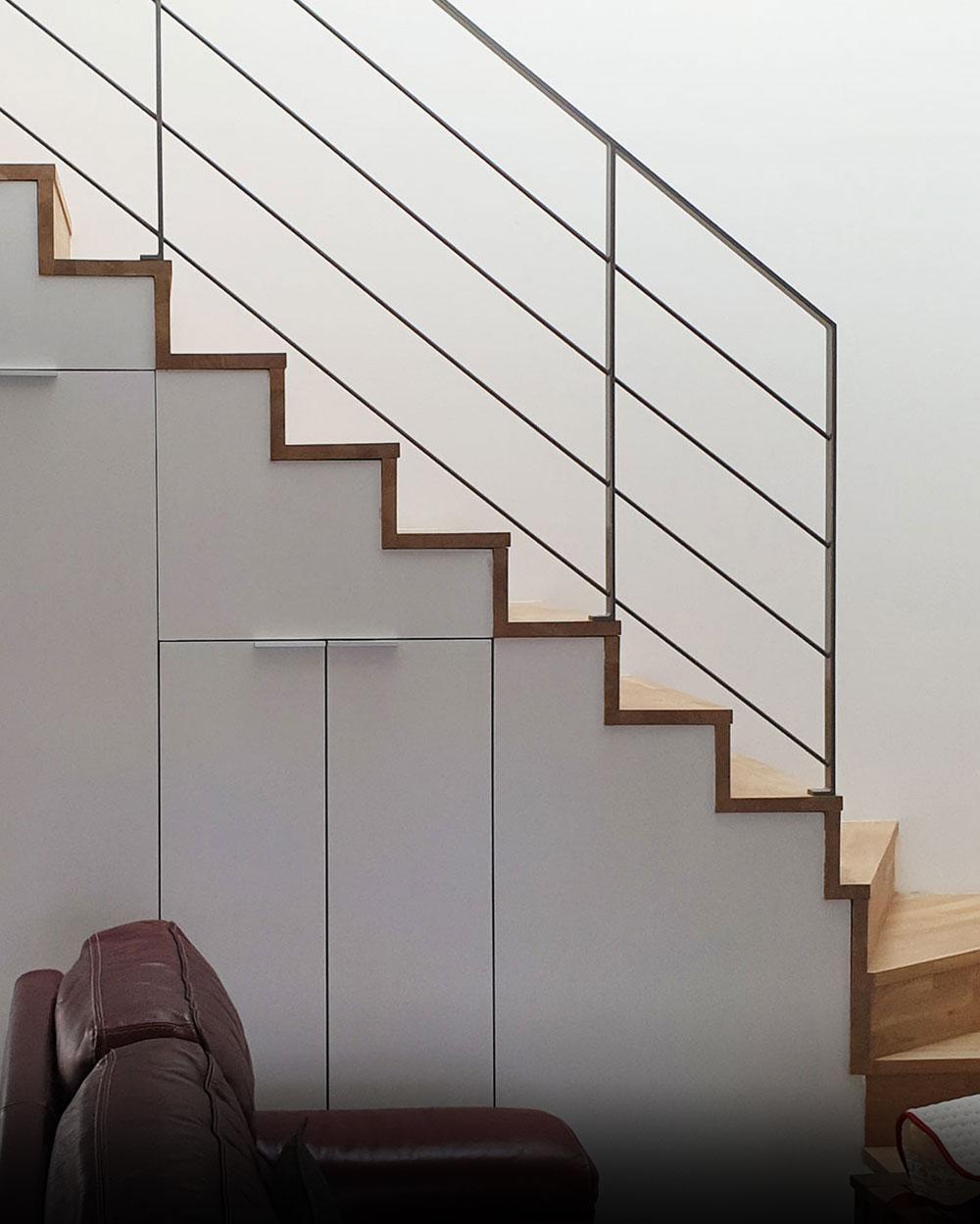 escalier vue de côté avec aménagements sous les escaliers