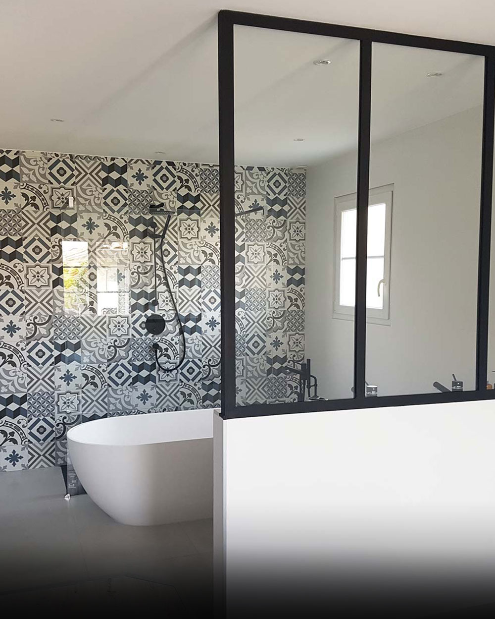 Salle de bain rénovée avec verrière